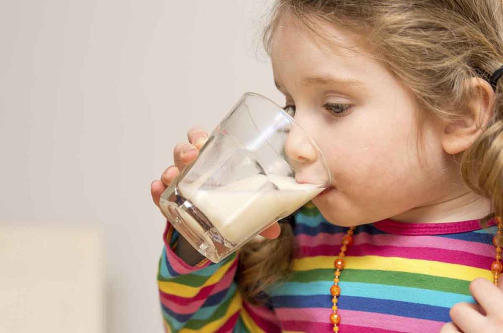 devojcica-pije-mleko